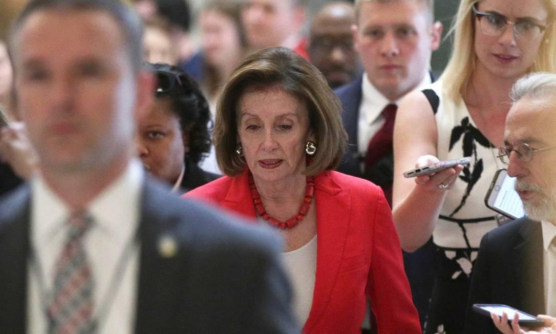 Presidente da Câmara dos EUA, Nancy Pelosi, entra no plenário antes da votação do projeto que destina US$ 4,6 bilhoes para enfrentar a crise migratória na fronteira. Democratas cederam e ajudaram a aprovar o texto vindo do Senado, mas prometem pressionar governo por medidas para ajudar os imigrantes Foto: ALEX WONG / AFP