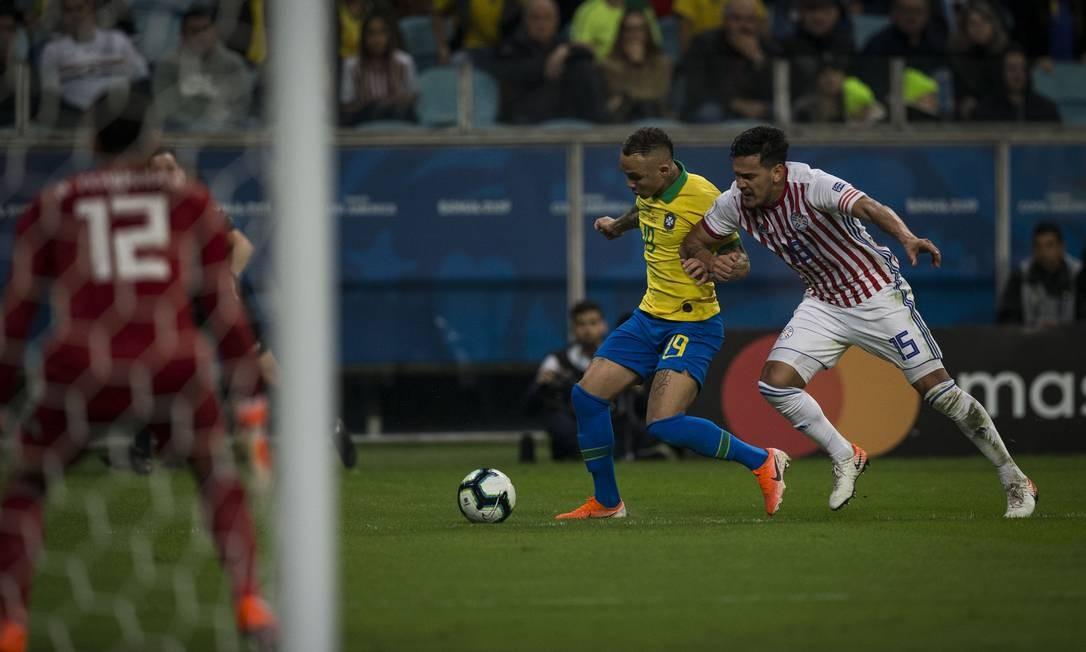 Everton recebe a marcação de Gómez Foto: Guito Moreto / Guito Moreto