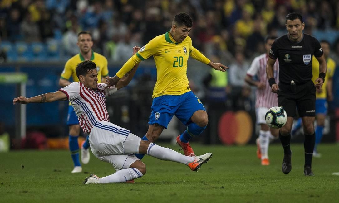 Firmino tenta passar pela marcação na Arena do Grêmio Foto: Guito Moreto / Guito Moreto