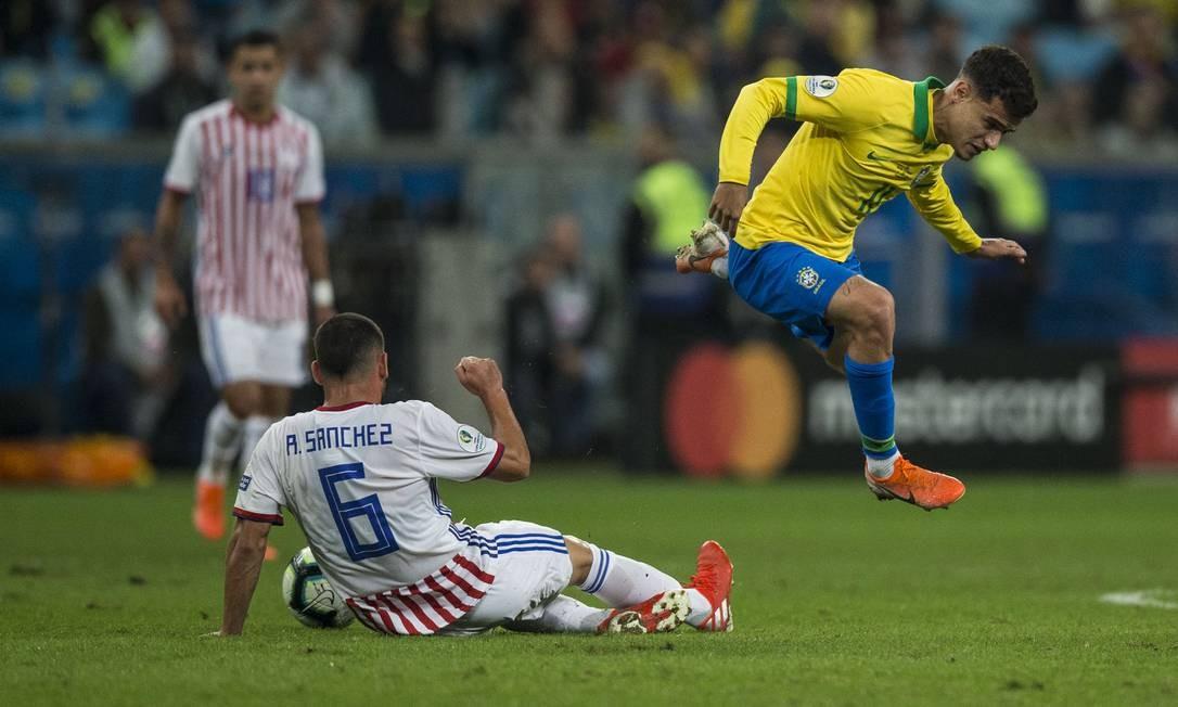 Philippe Coutinho pula ao ser desarmado por Sanchéz Foto: Guito Moreto / Guito Moreto