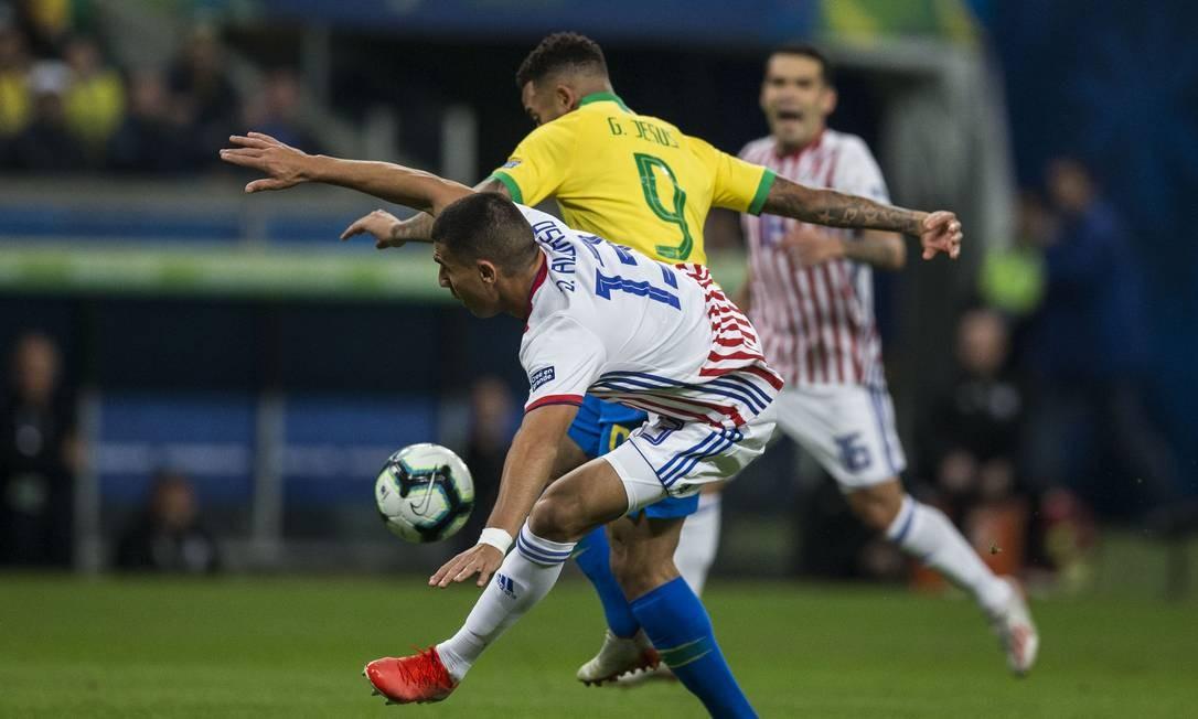 Gabriel Jesus e Alonso na briga pela bola em Porto Alegre Foto: Guito Moreto / Guito Moreto