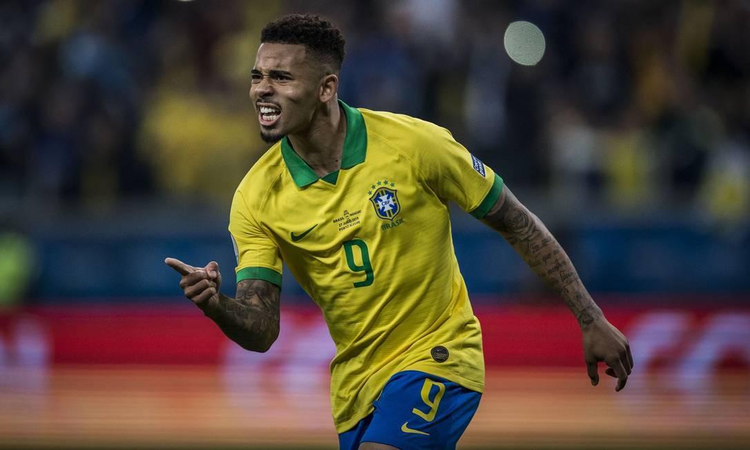 Gabriel Jesus corre para comemorar o gol do Brasil sobre o Paraguai, nos pênaltis Foto: Guito Moreto / Agência O Globo