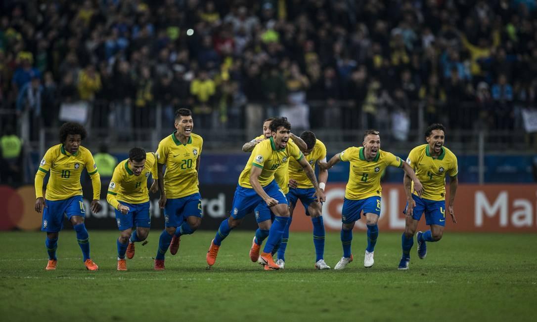 Jogadores do Brasil correm para comemorar a classificação dramática contra o Paraguai Foto: Guito Moreto / Agência O Globo