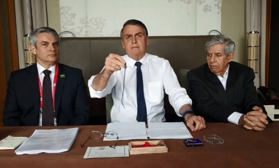 Bolsonaro exibe cordão feito de nióbio em transmissão no Facebook direto de Osaka, no Japão Foto: Reprodução/Facebook