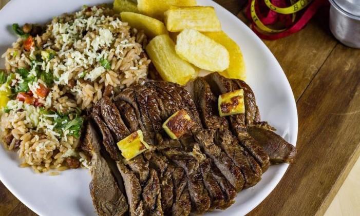 Barraca da Chiquita. Carne de sol, baião de dois e aipim frito Foto: Divulgação