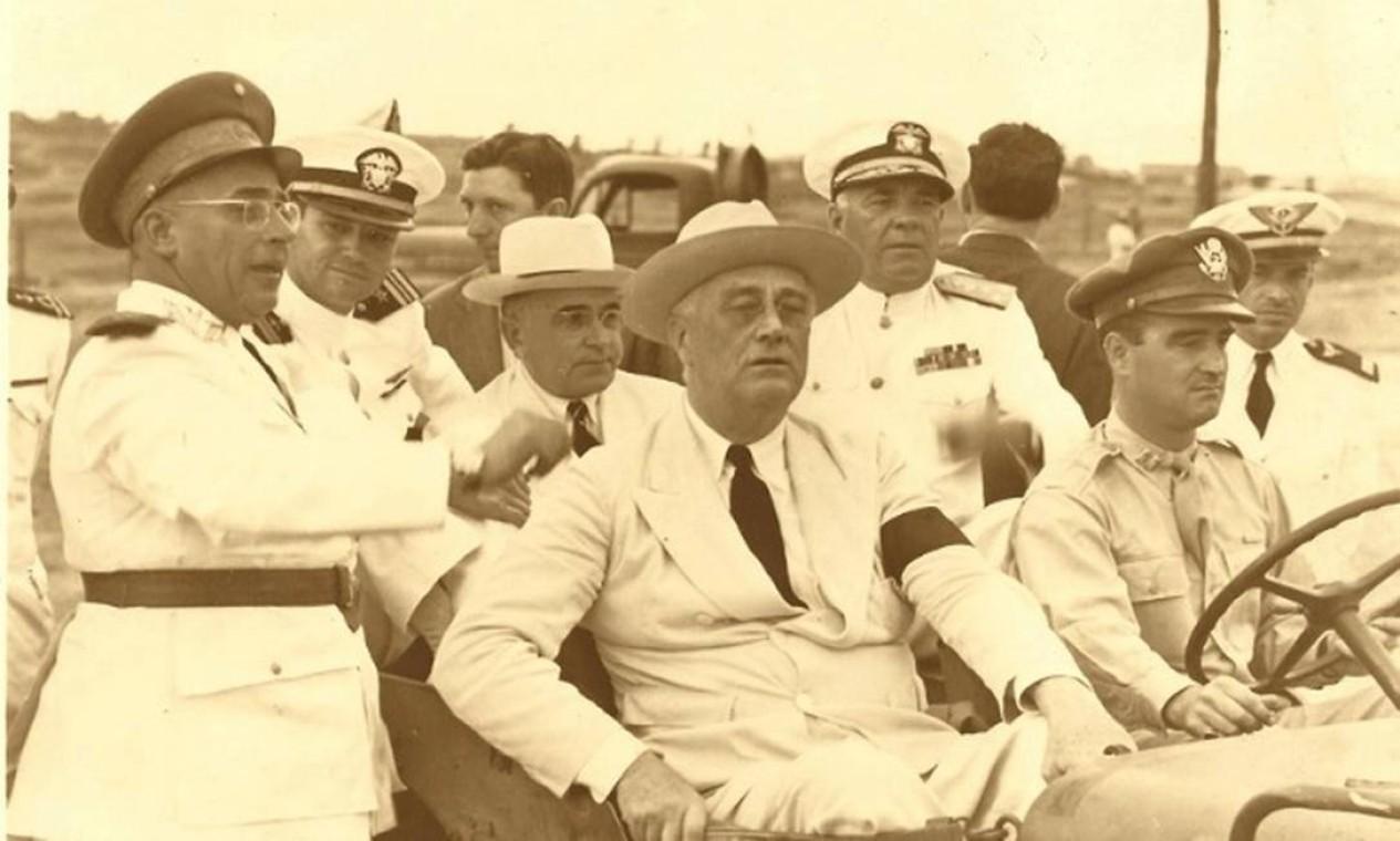"""Em plena aliança firmada para a participação brasileira na Segunda Guerra ao lado dos Aliados, o presidente americano Franklin Roosevelt encontrou-se com Getúlio Vargas no início de 1943 em Natal, onde funcionava uma base dos EUA. A imagem foi enviada depois por Roosevelt a Vargas. Nela, o americano fez uma dedicatória ao seu """"velho amigo"""" Foto: Arquivo/Reprodução / Arquivo/Reprodução"""