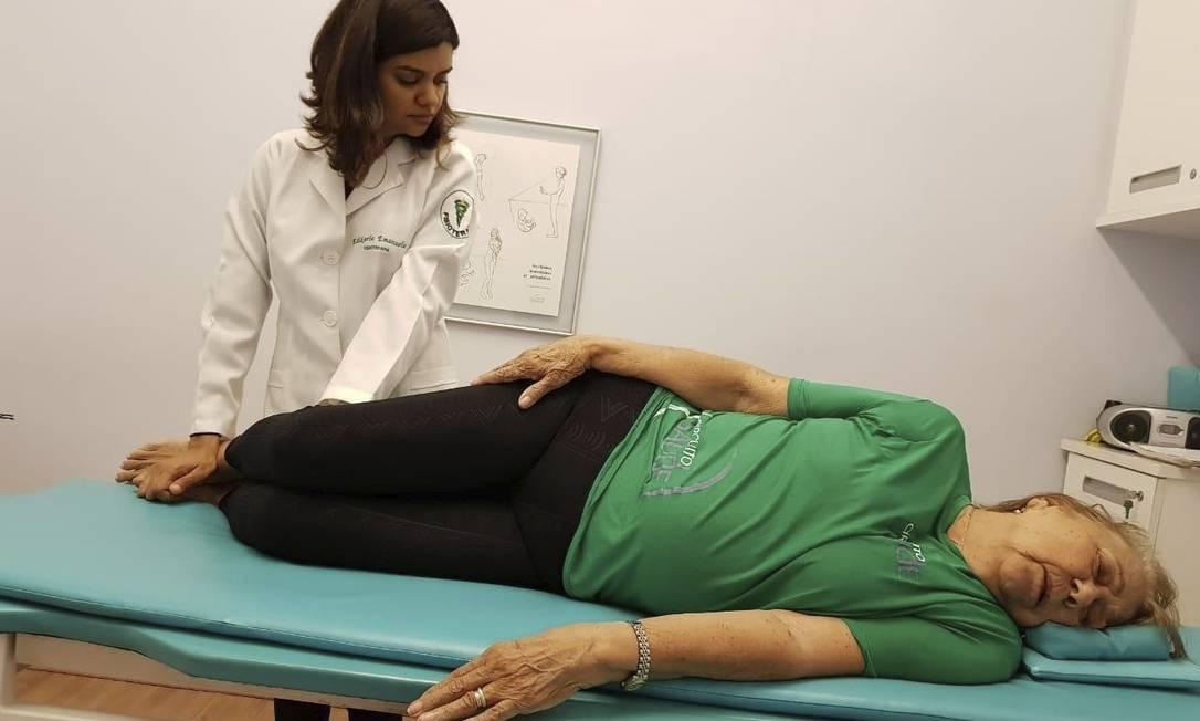 Estímulo. A fisioterapeuta Edikarla Silva aplica a técnica em Neuza Baptista Foto: Divulgação