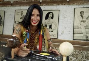 Ornamentada. Com acessórios típicos, Cris Pantoja toca samba raíz, coco carimbó e músicas de rituais indígenas Foto: Fábio Guimarães / Agência O Globo