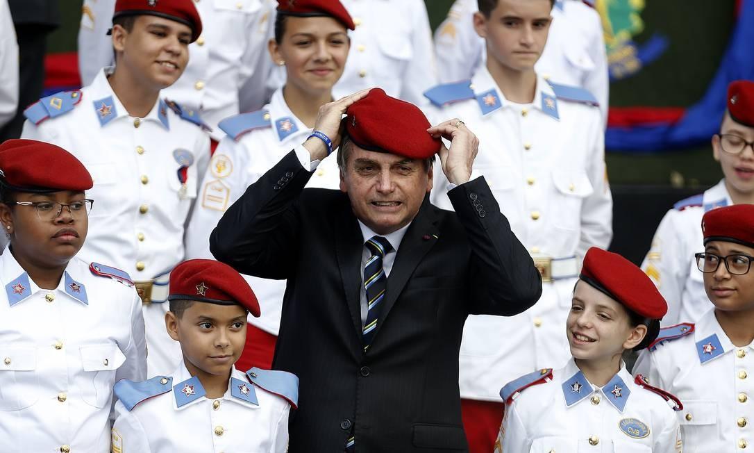 Bolsonaro participa da cerimônia comemorativa do Dia do Exército, acompanhado de estudantes do Colégio Militar de Brasília Foto: Jorge William / Agência O Globo