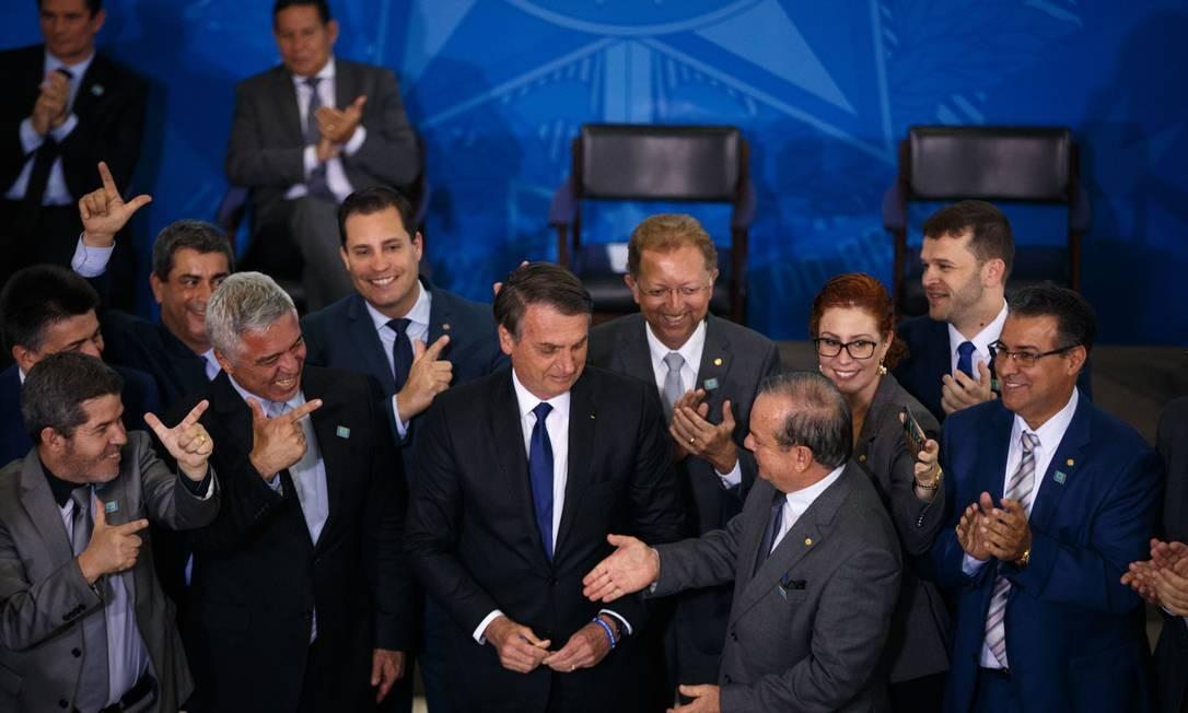 Deputados da bancada da bala participam da cerimônia de assinatura do decreto das armas Foto: Daniel Marenco / Agência O Globo