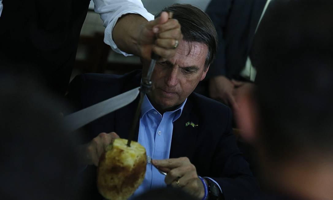 Jair Bolsonaro almoça com caminhoneiros no posto Presidente, em Anápolis - GO Foto: Jorge William / Agência O Globo