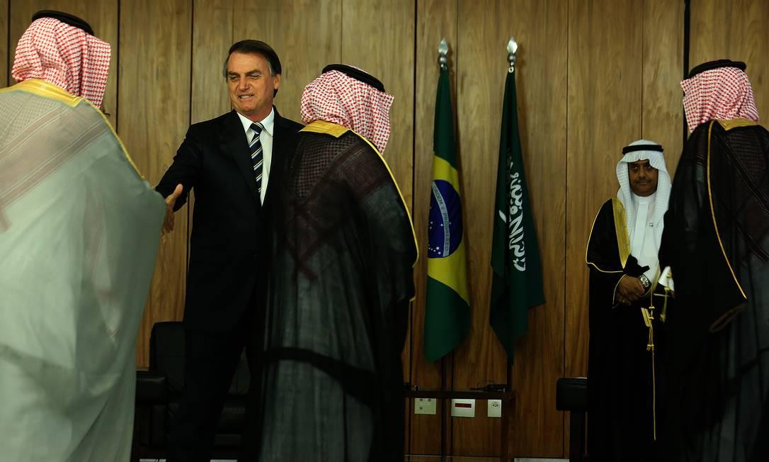Bolsonaro recebe o embaixador da Arábia Saudita, Alli Abdullah Bahitam Foto: Jorge William / Agência O Globo