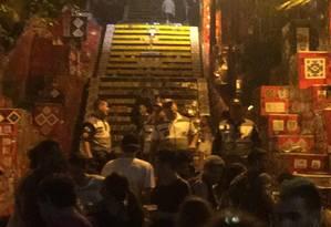 Homens do Lapa Presente se posicionam com cones na entrada da Selarón. Eles não permitem mais a permanência no local após as 22h em determinados dias Foto: Arthur Leal