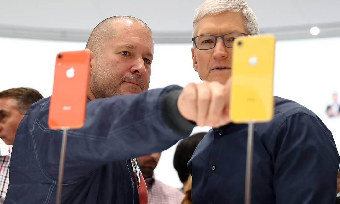 Jony Ive e Tim Cook, durante lançamento do iPhone XR, em setembro de 2018 Foto: JUSTIN SULLIVAN / AFP