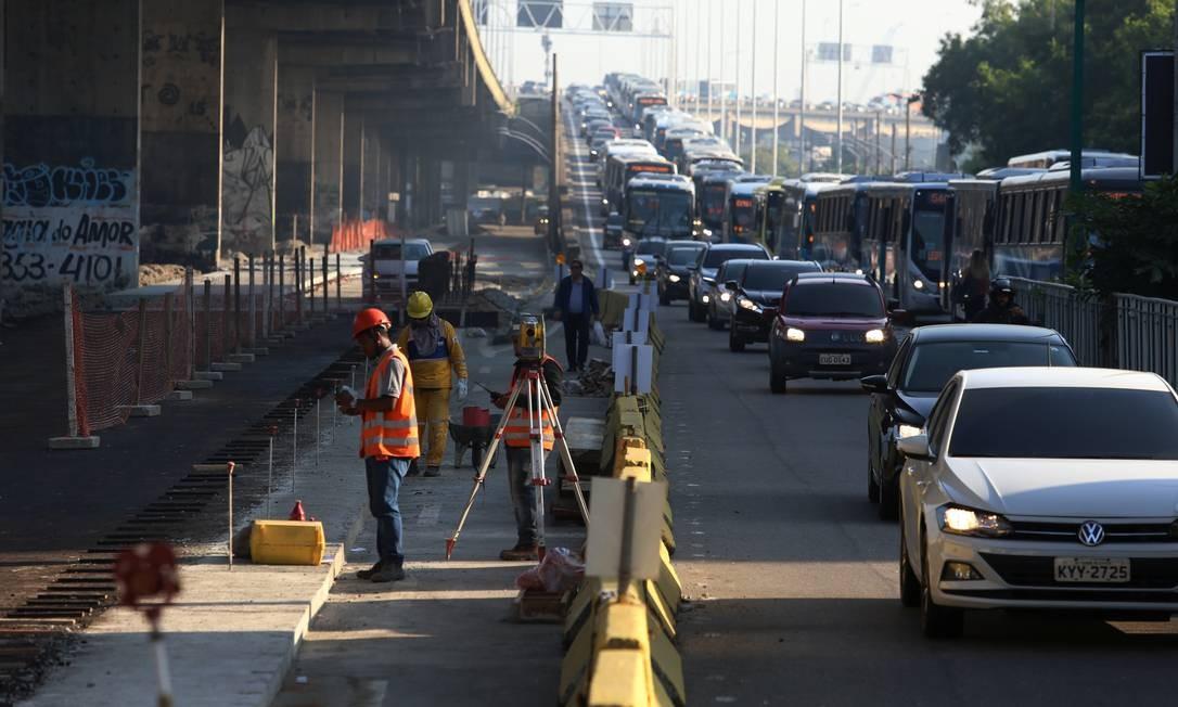 Operários trabalham na obra do BRT: veículos que descem a Ponte pelo Into não conseguirão mais acessar a Avenida Francisco Bicalho Foto: Fabiano Rocha / Agência O Globo