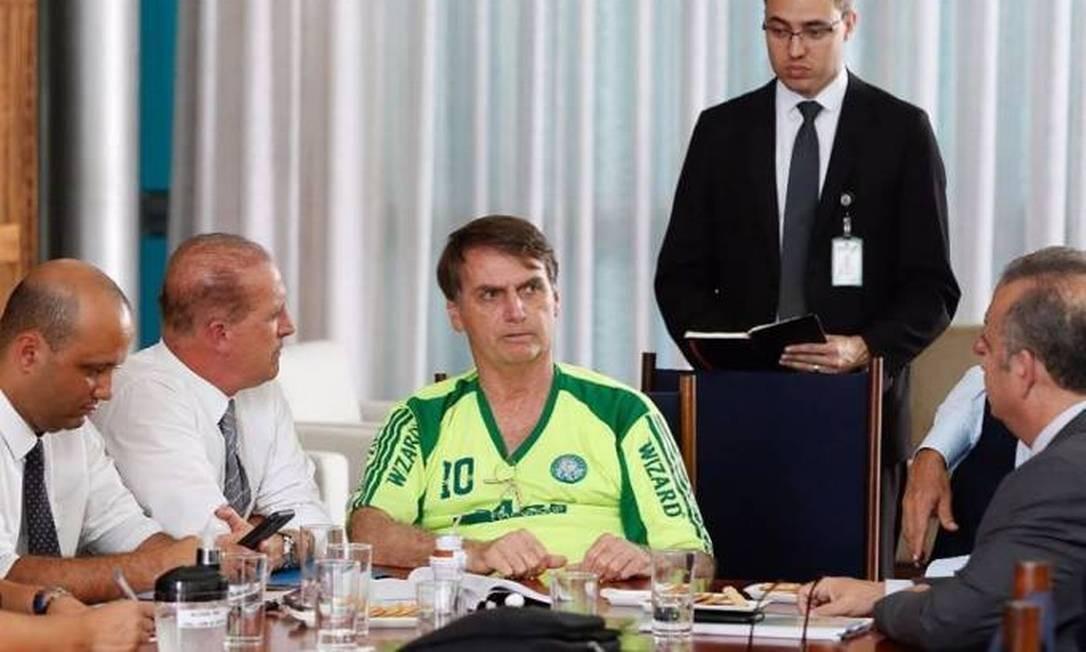 """Durante reunião com auxiliares, o presidente fez um """"merchand"""" de uma camisa pirata do Palmeiras Foto: Reprodução/Redes sociais"""