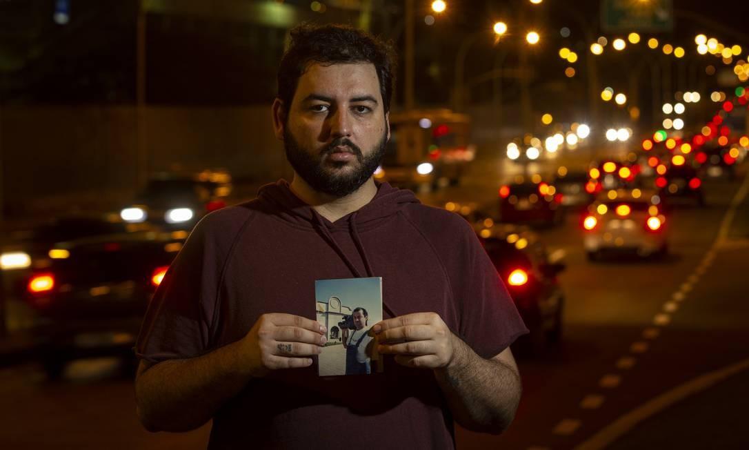 O artista visual Pedro Borges perdeu o pai Orlando de Oliveira Borges em um acidente na estrada Foto: Alexandre Cassiano / Agência O Globo