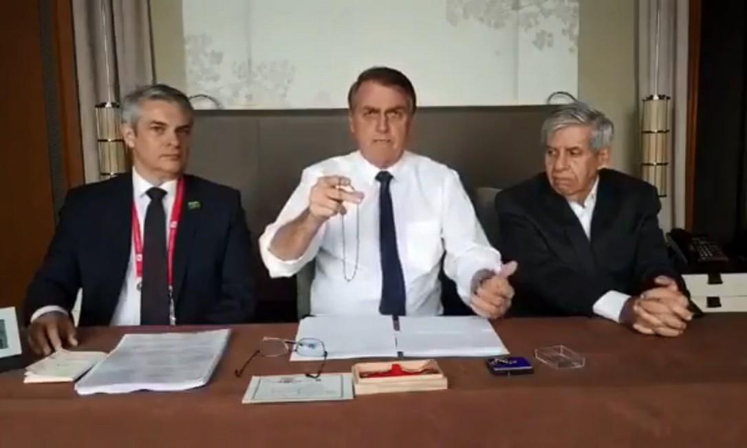 Bolsonaro exibiu colar feito de nióbio durante live feito nesta semana no Japão Foto: Reprodução/Facebook