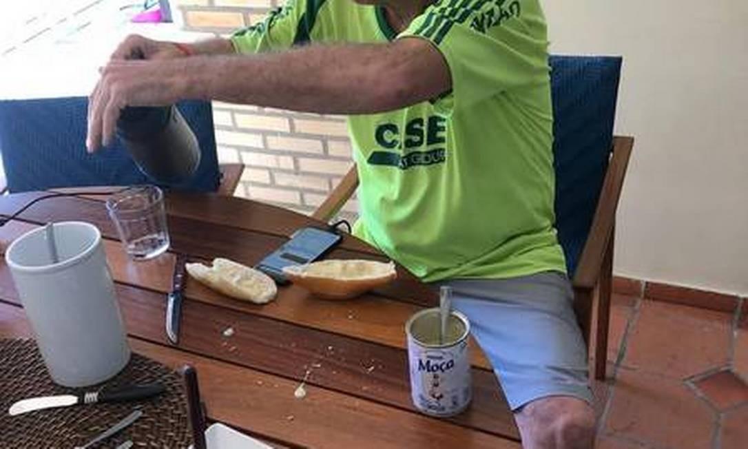 Na véspera do segundo turno da eleição, Bolsonaro apareceu no Jornal Nacional comendo pão com o leite condensado Moça Foto: Reprodução