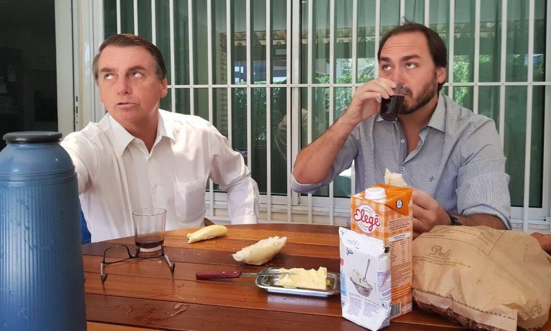 Em 2017, Bolsonaro já fazia merchandising nas redes. Na foto, o leite da marca Elegê e leite condensado Moça Foto: Reprodução/Twitter