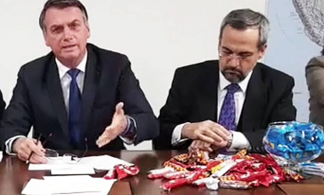 Ao lado do ministro da Educação, Abraham Weintraub, Bolsonaro usou chocolates Prestígio, Chokito, Laka e Lolo para explicar contingenciamento na Educação Foto: Reprodução/Facebook