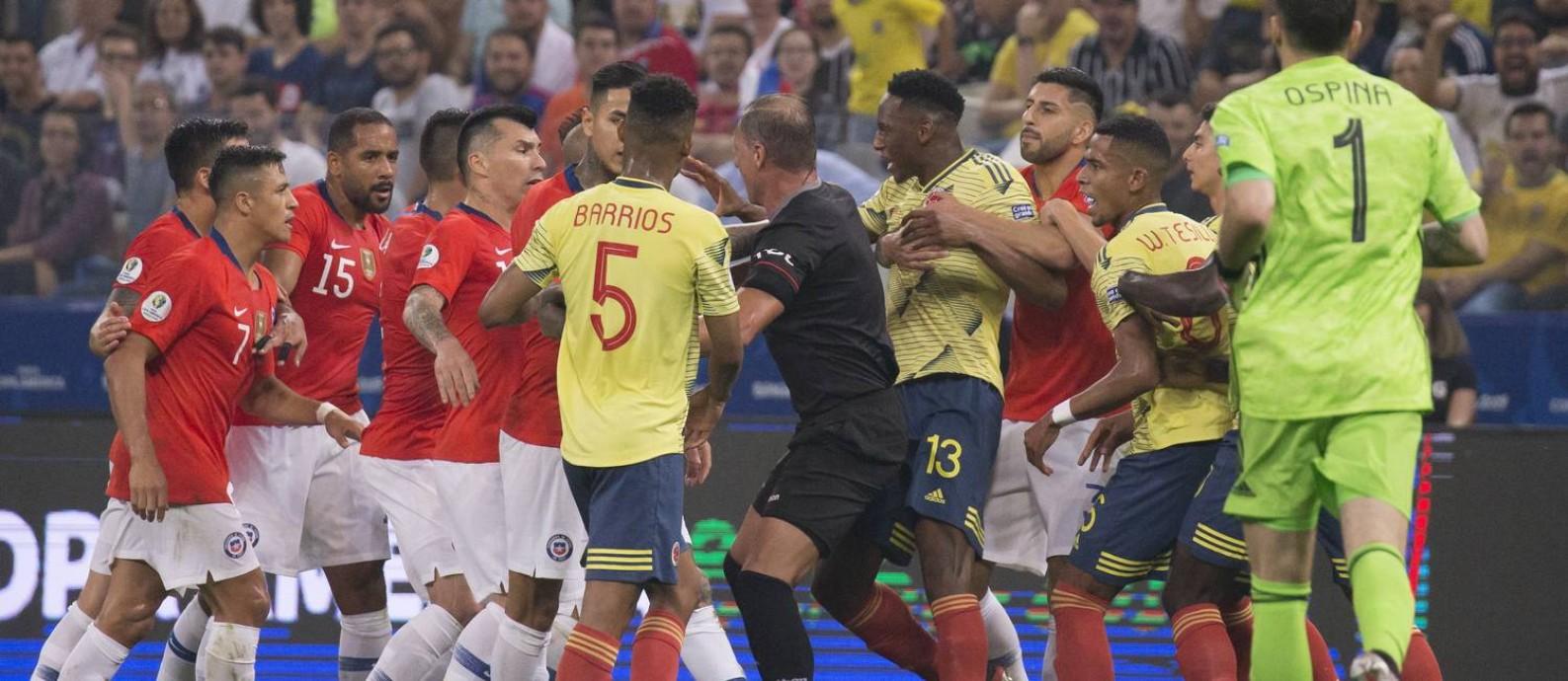 Jogadores de Chile e Colômbia se desentendem na Arena Corinthians Foto: Edilson Dantas