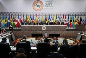 O chanceler colombiano, Carlos Holmes Trujillo, no Centro, fala durante o último dia da 49ª Assembleia Geral da OEA, em Medellin. Foto: AFP / JOAQUIN SARMIENTO
