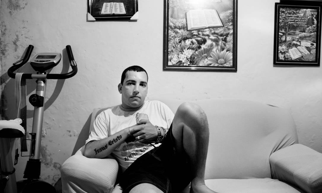 Fernandinho Guarabu no seu esconderijo no morro do Dendê; líder do tráfico morreu em operação policial na quinta-feira (27) Foto: João Pina / João Pina