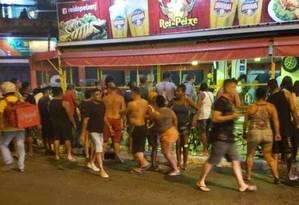 Correria em frente ao bar após o ataque Foto: Onde tem tiroteiro (OTT)