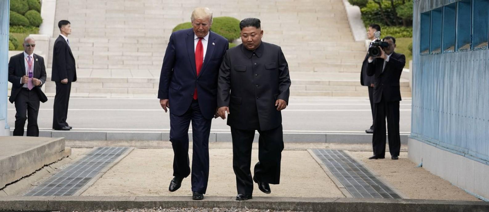 Momento em que Donald Trump cruza a fronteira entre as Coreias Foto: KEVIN LAMARQUE / REUTERS