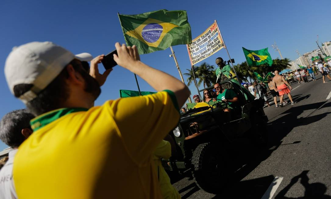 Manifestação em apoio ao ministro da Justiça, Sergio Moro, e a ao governo de Jair Bolsonaro na orla de Copacabana, na Zona Sul do Rio Foto: BRENNO CARVALHO / Agência O Globo