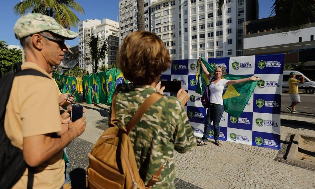 Manifestantes no ato de apoio ao ministro da Justiça, Moro, e ao governo de Jair Bolsonaro na orla de Copacabana, na Zona Sul do Rio Foto: BRENNO CARVALHO / Agência O Globo