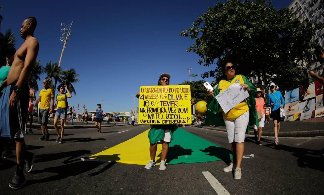 Manifestante com cartaz sobre caso de sargento preso com 39 quilos de cocaína em voo de equipe de apoio à comitiva presidencial Foto: BRENNO CARVALHO / Agência O Globo