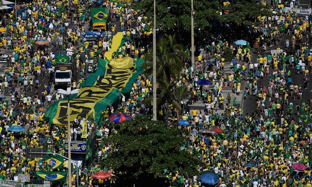 Ato de apoio ao governo de Jair Bolsonaro, ao ministro Sergio Moro e à Operação Lava-Jato em Copacabana Foto: MAURO PIMENTEL / AFP