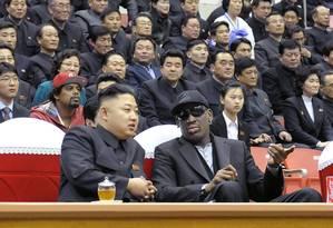 Dennis Rodman e Kim Jong-un, em Pyongyang Foto: AFP / 28-02-2013