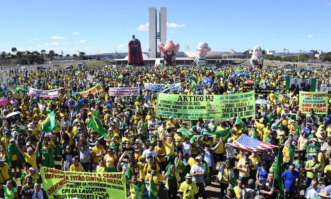 """Os manifestantes se reuniram no gramado em frente ao Congresso Nacional, Brasilia, DF. Quatro bonecos infláveis foram erguidos : um com Moro vestido de superhomem; outro com Lula vestido de presidiário; mais um com Gilmar Mendes sendo representado como um aliado do PT; e outro com o personagem batizado de """"privileco"""", um servidor contrário à reforma da Previdência Foto: EVARISTO SA / AFP"""