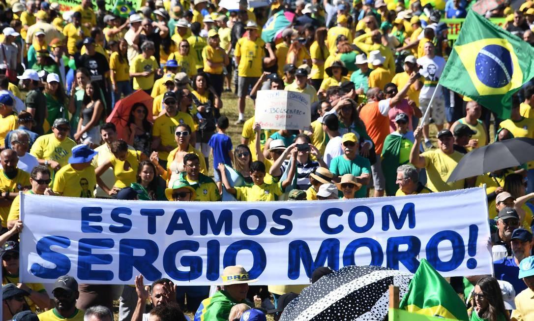 Apoiadores do governo e de Moro no gramado em frente ao Congresso Nacional Foto: EVARISTO SA / AFP