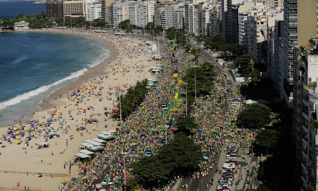 Manifestação em ato a favor da Lava-Jato e do governo federal, em Copacabana Foto: BRENNO CARVALHO / Agência O Globo