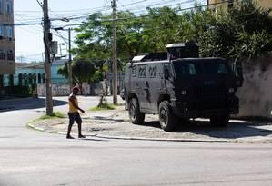 Carro blindado da PM posicionado na Ilha do Governador Foto: Bruno kaiuca / Agência O Globo