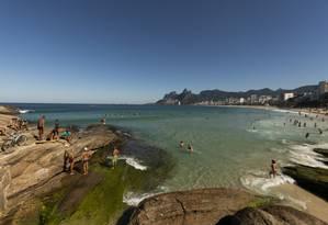 Banhistas na praia de Ipanema, no inverno carioca Foto: GABRIEL MONTEIRO / Agência O Globo