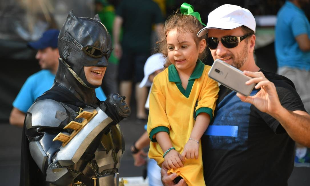 Em São Paulo homem vestido de Batman compareceu a manifestação e tirou fotos com crianças Foto: NELSON ALMEIDA / AFP