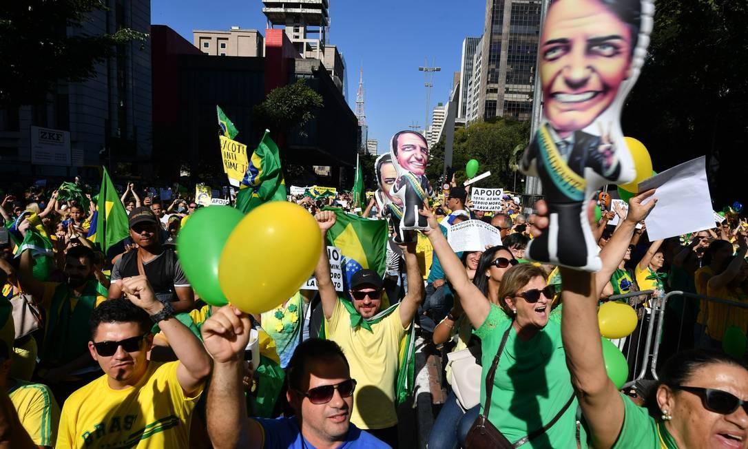Manifestantes levaram bonecos infláveis de Bolsonaro para ato em defesa da Lava-Jato na Avenida Paulista Foto: NELSON ALMEIDA / AFP