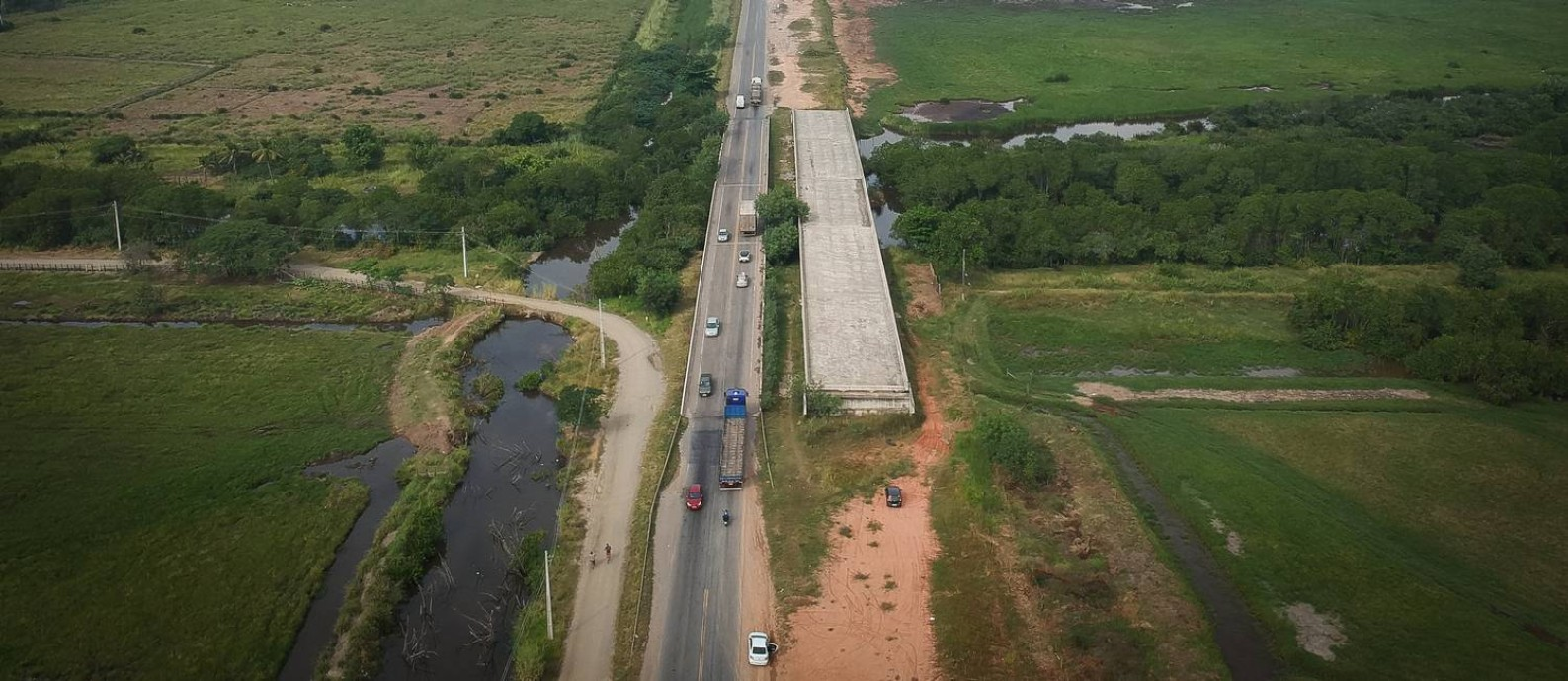 Ponte inacabada na BR-493: as obras de duplicação pararam no fim do ano passado, por falta de verba, segundo o Dnit Foto: Pablo Jacob / Agência O Globo