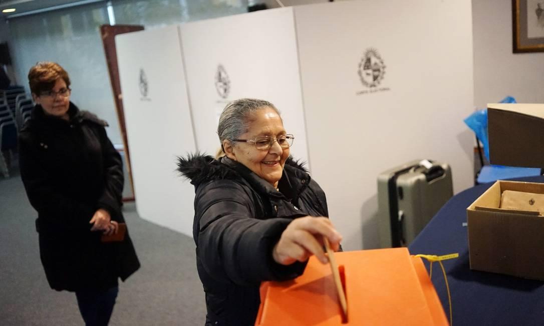 Mulher deposita seu voto durante eleições primárias em Montevidéu Foto: Mariana Greif / REUTERS 30-6-19
