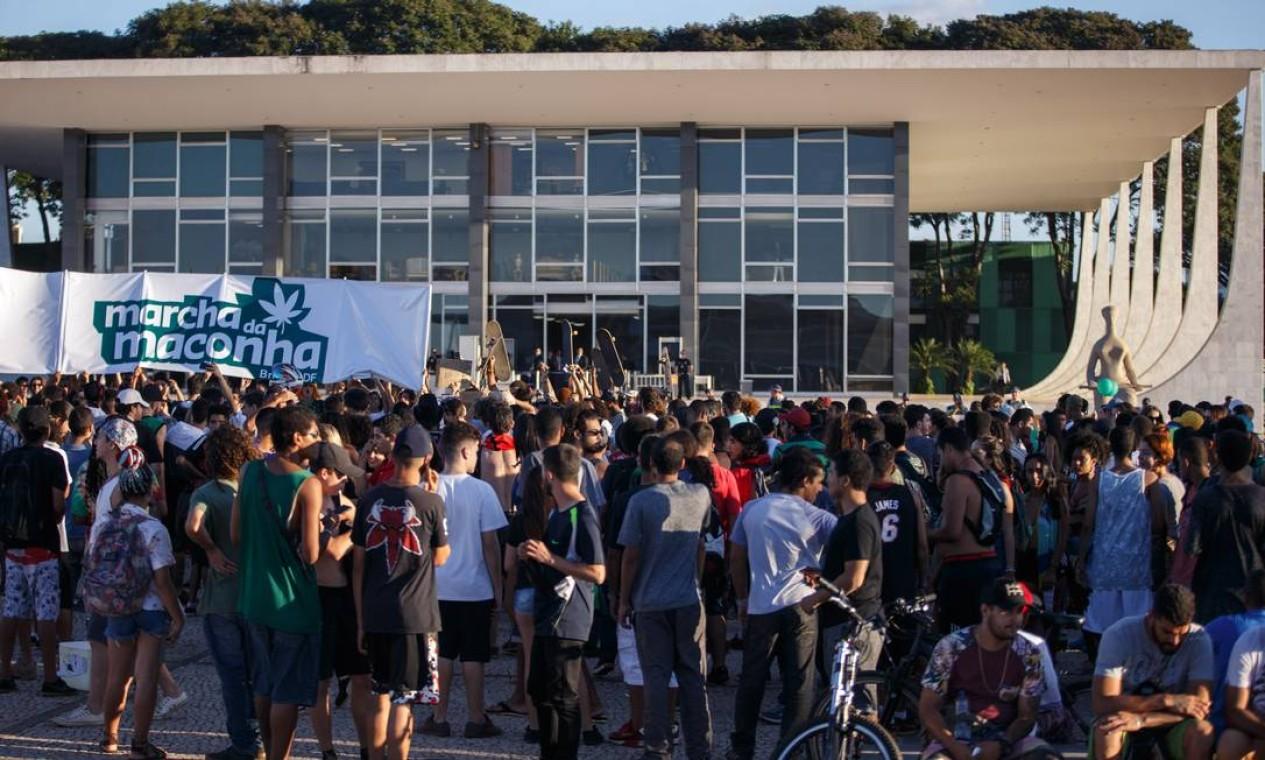 O grupo caminhou pela Esplanada dos Ministerios e se concentrou em frente ao Superior Tribunal Federal (STF) Foto: Daniel Marenco / Agência O Globo