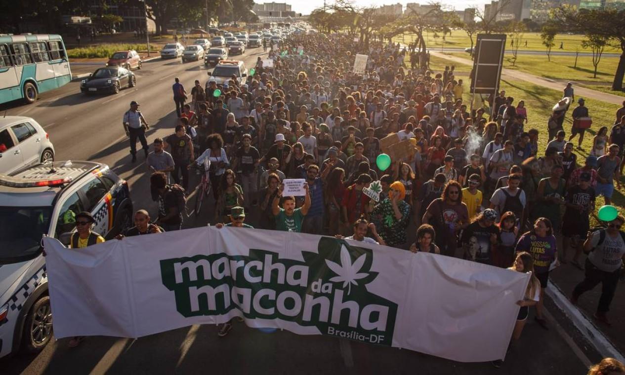 Este ano, em maio, cerca de 2 mil pessoas participaram da Marcha da Maconha, em Brasília, segundo a Policia Militar. Manifestantes pedem a liberação da maconha para fins recreativos, além dpo medicinal Foto: Daniel Marenco / Agência O Globo