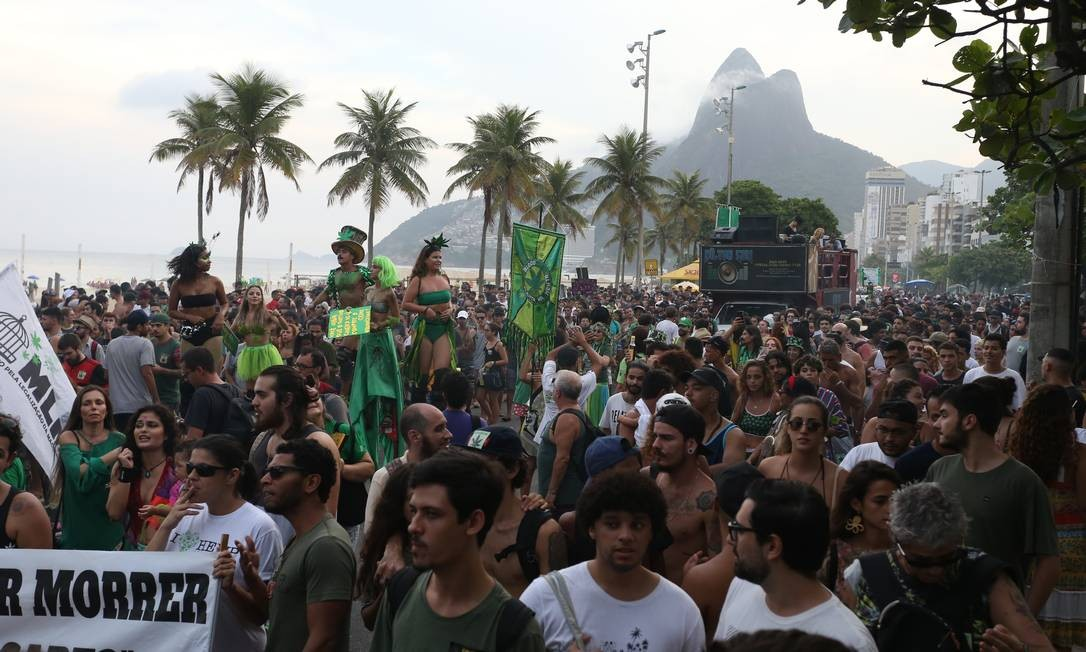Os partickipantes do ato defendem também a liberação da cannabis sativa para fins recreacionais Foto: Pedro Teixeira / Agência O Globo