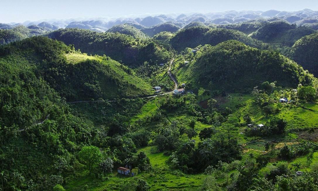 As montanhas Blue e John Crow, na Jamaica, abrigaram os indígenas Tainos que fugiam da escravidão e depois os Maroons (antigos povos escravizados). Na região isolada, eles resistiram ao sistema colonial europeu Foto: Reprodução