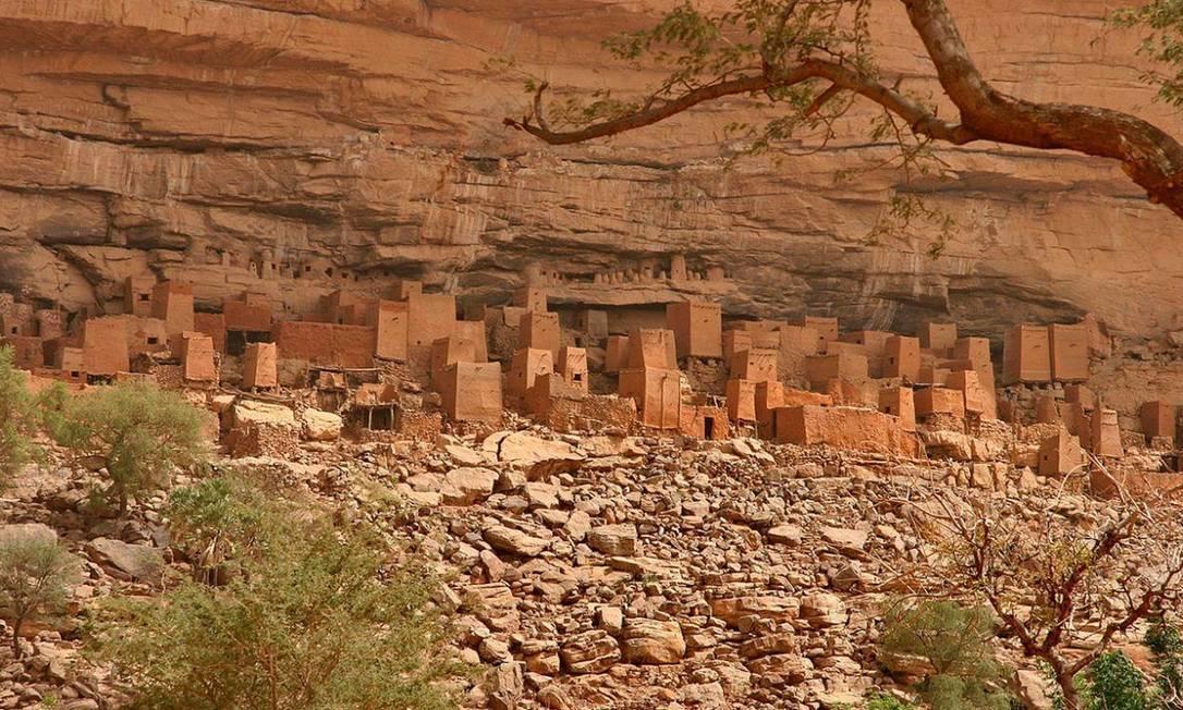A Falésia de Bandiagara, no Mali, servia de refúgio natural para os Dogon, camuflando as casas construídas com argila, palha e esterco de bovino. Imperceptíveis a distância, elas eram erguidas nas paredes mais altas do penhasco Foto: Reprodução