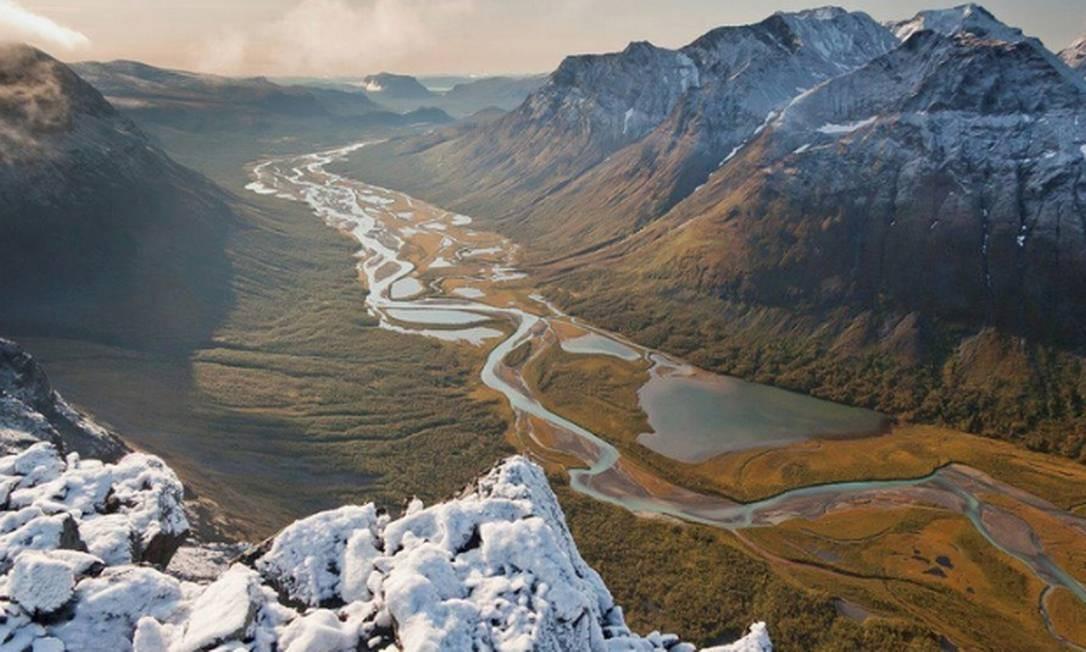 """A região do Círculo Ártico no Norte da Suécia é a casa do povo Saami. É a maior área do mundo (e uma das últimas) com um modo de vida ancestral baseado no movimento sazonal da pecuária. Todo verão, os Saami levam seus enormes rebanhos de renas para as montanhas através de uma paisagem natural até então preservada, mas agora ameaçada pelo advento dos veículos motorizados. Processos geológicos históricos e contínuos podem ser vistos nas mudanças nos cursos de água e """"morenas glaciais"""". De acordo com a geologia, uma morena é um amontoado de pedras que os glaciares, ao descer, vão acumulando dos lados e na sua parte inferior Foto: Reprodução"""